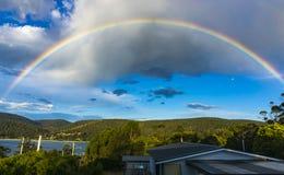 彩虹天空在反对蓝天的塔斯马尼亚岛 免版税库存图片