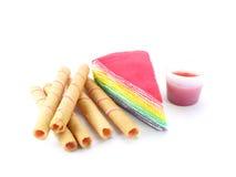 彩虹夹心蛋糕和草莓在白色背景滚动 免版税库存照片