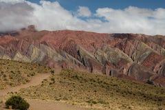 彩虹山和谷在有徒步旅行者的乌玛瓦卡阿根廷 库存照片