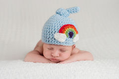 戴彩虹帽子的新出生的男婴 图库摄影