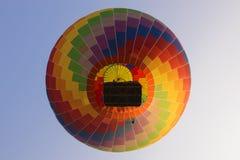 彩虹方格的热空气气球 免版税库存图片