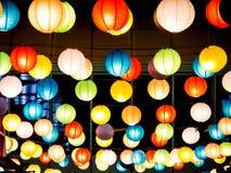 彩虹日本灯内部室内在公开夜广场 图库摄影