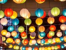 彩虹日本灯内部室内在公开夜广场 库存照片