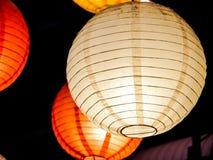 彩虹日本灯内部室内在公开夜广场 库存图片