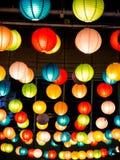彩虹日本灯内部室内在公开夜广场 免版税库存照片