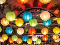 彩虹日本灯内部室内在公开夜广场 免版税库存图片