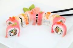 彩虹梅基寿司用鳗鱼、金枪鱼、三文鱼和鲕梨 免版税图库摄影