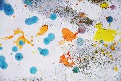 彩虹橙黄色蓝色金黄闪耀的光,冬天油漆水彩背景 免版税图库摄影