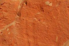 彩虹海滩,澳大利亚色的沙子峭壁的橙色沙子纹理背景  免版税库存照片