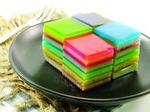 彩虹甜五颜六色的款待分层了堆积凝胶甜点 免版税库存照片