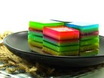 彩虹甜五颜六色的款待分层了堆积凝胶甜点 图库摄影