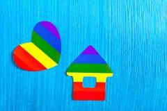 彩虹的纸房子和心脏标志颜色 同性恋关系 免版税库存图片