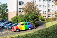 彩虹色的汽车在格拉斯哥住宅区停放了  免版税库存照片