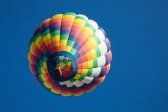 彩虹色的泪珠被塑造的热空气气球隔绝有蓝天背景 图库摄影