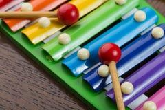 彩虹色的玩具木琴 免版税库存图片