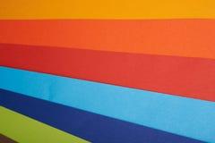 彩虹色纸在整个背景中 库存照片
