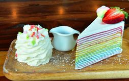 彩虹草莓在表上的绉纱蛋糕 免版税库存照片