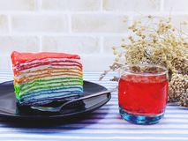 彩虹蛋糕切片用巧克力汁用汁液 免版税库存图片