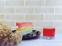 彩虹蛋糕切片用巧克力汁 库存照片