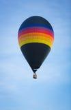 彩虹镶边热空气气球 免版税库存图片