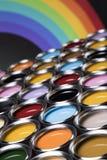 彩虹颜色,小组罐子金属罐头 免版税库存照片