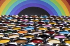 彩虹颜色,小组罐子金属罐头 免版税库存图片
