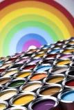 彩虹颜色,小组罐子金属罐头 免版税图库摄影
