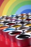 彩虹颜色,小组罐子金属罐头 库存照片