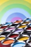 彩虹颜色,小组罐子金属罐头 库存图片