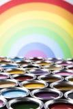 彩虹颜色,小组罐子金属罐头 图库摄影