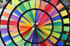 彩虹风轮转焰火锭床工人 库存图片