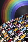 彩虹,罐子有颜色油漆的金属罐头 库存照片