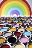 彩虹,罐子有颜色油漆的金属罐头 免版税库存图片