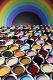 彩虹,罐子有颜色油漆的金属罐头 免版税库存照片