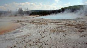 彩虹水池温泉和Sunset湖喷泉在黑沙子水池在黄石国家公园在怀俄明美国 免版税图库摄影