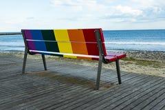 彩虹LGBT自豪感旗子在一个长木凳绘了 免版税图库摄影