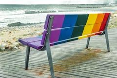 彩虹LGBT自豪感旗子在一个长木凳绘了 库存照片