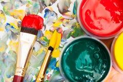 水彩调色板,树胶水彩画颜料,两支画笔 免版税库存照片