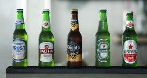 彬塘,海涅肯, El蝙蝠鱼巴厘岛海氏和Prost :地方啤酒印度尼西亚人产品 图库摄影