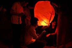 彭亨,马来西亚- 9月21日:人发行对worshi的天空灯笼 库存照片