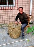 彭州,中国:做柳条筐的人 免版税库存照片