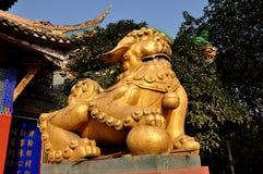 彭州,中国:傅在Ci籍寺庙的狗雕象 图库摄影