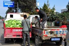 彭州,中国:农夫在合作市场上 库存图片