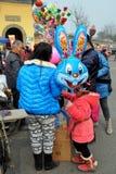 彭州,中国:有兔宝宝气球的孩子 库存照片