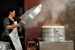 彭州,中国:有蒸的大桶的妇女鲍訾饺子 免版税库存照片