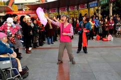 彭州,中国: 二跳舞的妇女唱歌& 免版税库存图片