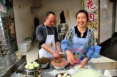 彭州,中国: 卖Bao Zi饺子的夫妇 免版税库存图片