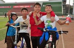 彭州,中国: 在室外体育场的四个青年 免版税库存图片