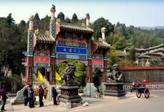 彭州,中国: 天堂寺庙门  免版税库存照片