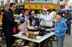 彭州,中国: 小男孩采购的食物 库存照片